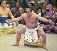 1971年5月、大相撲夏場所で不知火型の横綱土俵入りを披露する玉の海=蔵前国技館