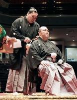 君ケ浜親方の断髪式ではさみを入れる横綱照ノ富士=2日、東京・両国国技館