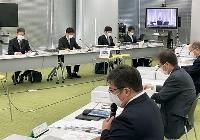 日本原子力発電本店の立ち入り調査で原電側から説明を聞く原子力規制委員会の担当者ら(奥)=4日午前、東京都台東区