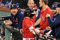 ヤンキース戦の7回、2点適時打を放ったバードゥーゴ(手前)をベンチで迎えるレッドソックス・沢村(左端)=ボストン(共同)