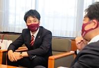 藤城・南箕輪村長(右)を訪ね、今季の意気込みを語る笹川GM