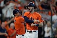 ホワイトソックス戦で勝負を決定づける本塁打を放ち、ホームで喜ぶアストロズのカイル・タッカー(右)=8日、ヒューストン(AP=共同)