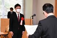 今井市長(右)から表彰状を受け取る福永助教