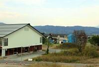 被災後修繕されないままの体育館(左)が残る長野市長沼地区=9日、長野市穂保