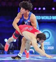 男子グレコローマン63キロ級3回戦でジョージア選手(下)と対戦する清水賢亮=オスロ(共同)
