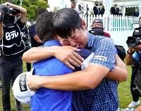 ツアー初優勝を果たし喜ぶ杉山知靖(右)=袖ケ浦CC袖ケ浦