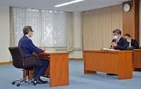 福島県の内堀雅雄知事(左)と会談する萩生田経産相=10日午前、福島県庁