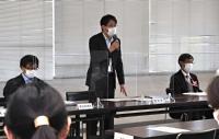 衆院選県内5小選挙区の立候補手続きに関する説明会で話す担当者