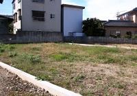 長野市長沼地区の近隣で再建する女性の自宅予定地。工事が遅れ、更地のままだ=11日