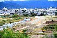 台風19号で堤防が決壊し、中島さんらが濁流に巻き込まれた滑津川。決壊箇所には今年7月、県の復旧で新たな堤防(中央右)が完成した=12日、佐久市