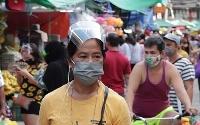 外出時に義務づけられていたフェースシールドを着用するフィリピン市民