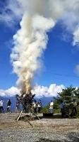 昨年8月の武田信玄狼煙リレーで、中川村の陣馬形山から上がった煙(武田信玄狼煙会提供)