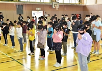 犠牲者に黙とうをささげる児童たち=13日午前10時半、長野市の長沼小学校