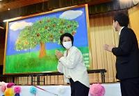 子どもたちが手形でリンゴの木を表現した手形アート