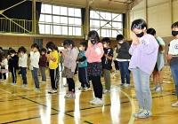台風19号災害の犠牲者の冥福を祈り、黙とうする子どもたち=13日午前10時半、長野市長沼小学校
