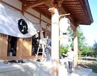 神事の後、秋祭りの片付けをする氏子ら=3日、長野市津野の八幡神社