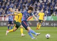 サッカーW杯アジア最終予選のオーストラリア戦で、先制ゴールを決める田中碧=12日、埼玉スタジアム