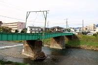 大雨の影響で橋脚が傾き、ゆがみが生じた上高地線の田川橋梁=9月13日、松本市