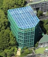 京都大霊長類研究所のチンパンジー飼育施設(同研究所提供)