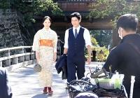 高島公園での撮影に臨む井上さん(左)