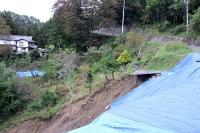 2019年10月の台風19号で、民家の近くで起きた土砂崩落の現場=長野市信州新町