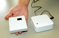NISSHAサイミックスが開発した盗難通報システム。車内のセンサー(左)が人を検知すると、宅内の受信機(右)のアラームが鳴る