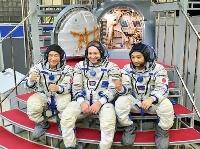 14日、モスクワ郊外の「星の町」にあるガガーリン宇宙飛行士訓練センターで、訓練を行う前沢友作氏(左)ら(代表撮影・共同)