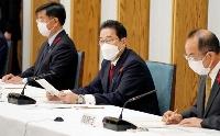 東日本大震災の復興推進会議で、あいさつする岸田首相(中央)=15日午前、首相官邸