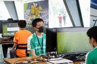 サッカーゲームで対戦する選手たち=16日午後、三重県四日市市