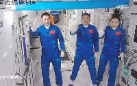 「神舟13号」から宇宙ステーション「天和」に乗り移り、手を振る飛行士ら(新華社=共同)