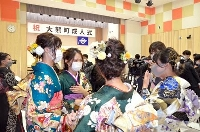 福島第1原発の事故後初めて町内で開かれた成人式で、笑顔を見せる福島県大熊町の新成人。全国から46人が集まり、久しぶりの再会を喜んだ=16日午後、福島県大熊町