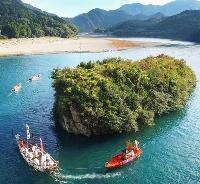 和歌山と三重の県境を流れる熊野川で行われた熊野速玉大社の例大祭「御船祭」=16日午後