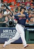アストロズ戦の2回、満塁本塁打を放つレッドソックスのディバース=ヒューストン(共同)