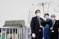 東京電力福島第1原発を視察する岸田首相。左奥は3号機。右は西銘復興相=17日午前(代表撮影)