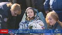 17日、ISSでの映画撮影を終え、帰還したロシアの俳優ペレシルドさん(中央)(ロスコスモスのツイッターより、共同)