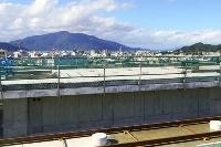 開業に向けて建設が進む北陸新幹線の敦賀駅。奥は敦賀半島=17日午後、福井県敦賀市