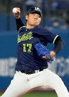 8回に登板したヤクルト・清水。今季48ホールド目を挙げ、シーズン最多ホールドのプロ野球記録を更新=横浜