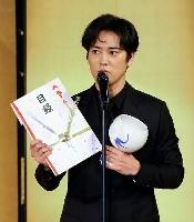 「三船敏郎賞」を受賞した桐谷健太さん=17日午後、京都市