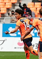 AC長野―藤枝 前半1分、6試合ぶりの得点となる先制ゴールを決めたAC長野・三田