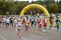 スタートするフルマラソンの参加者=17日、大町市運動公園陸上競技場