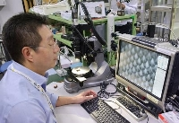 「マイクロニードル」を映す画面を見る金範シュン教授=7日、東京都目黒区の東大生産技術研究所