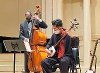 17日、米ニューヨークのカーネギーホールで、ロン・カーターさん(左)と協演する史佳さん(共同)