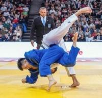 男子81キロ級決勝でグリガラシビリを投げる佐々木健志(手前)=パリ(国際柔道連盟提供・共同)