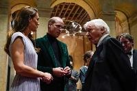17日、ロンドンで行われた「アースショット賞」授賞式に出席したウィリアム英王子(中央)とキャサリン妃(左)(ゲッティ=共同)