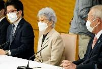 岸田首相と面会する拉致被害者家族会の横田早紀江さん(中央)ら=18日午後、首相官邸