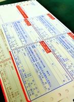 投票所入場券が付いたはがきの見本=18日、長野市役所