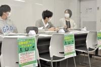 ボーターズが信大松本キャンパスに開設した投票相談ブース=18日、松本市