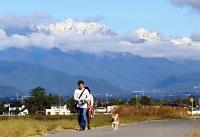 真っ白に雪化粧した北アルプスの山並み=18日午前8時50分、安曇野市豊科