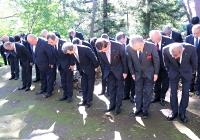 記念碑に向かって一礼する出席者たち