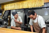 食堂そらを始めた洋子さん(左)と、料理面などでサポートする仁光さん